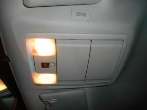 кнопка управления задним окном и пара очёчников на потолке