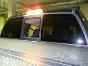средняя часть заднего окна сдвигается влево