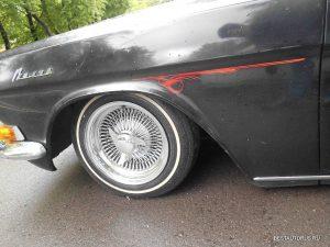 Здесь уже классические для лоурайдеров спицованные колёса.
