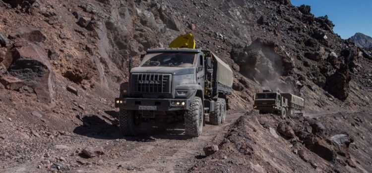 На Эльбрус через пустыню: военные устроили экстремальный тест-драйв южноуральских машин.