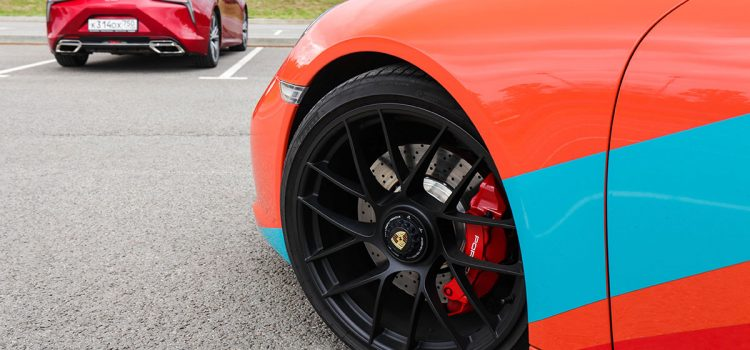Lexus LC 500 против Porsche 911 Carrera GTS.