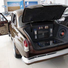 «Волга» ГАЗ 21 — Custom на базе Toyota Crown.