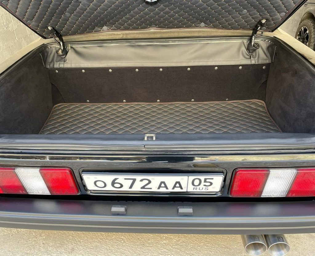 Багажник оформлен подстать салону.