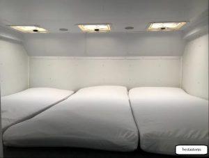 Внутри просторное спальное место, расположенное над кабиной.
